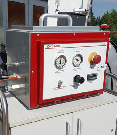 schneestrahlen-trockeneisstrahlen-schonend-staubfrei-strahlen-schneestrahlgerät-trockeneisstrahlgerät-mobiles-strahlen-kf-strahltechnik-dresden-reinigen-von-anlagen-industrieanlagen-oldtimer-vermietung